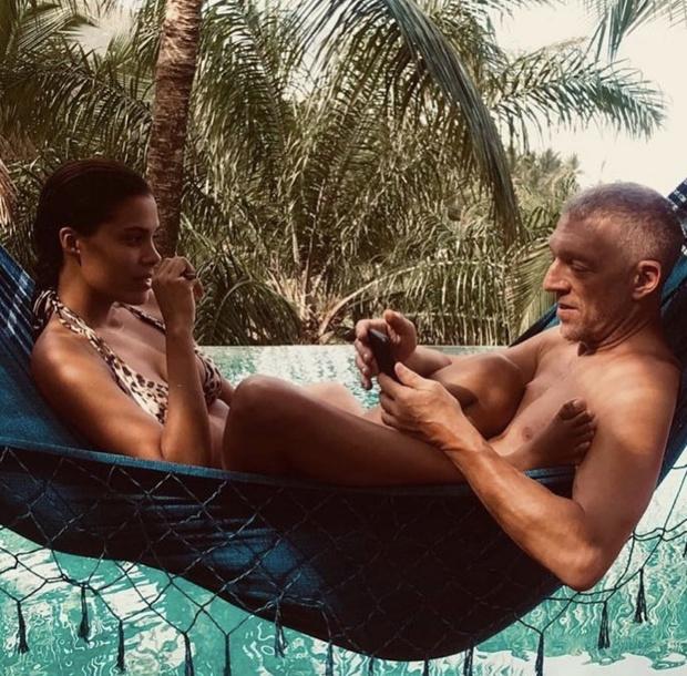 Черный купальник — самый сексуальный хит пляжного сезона: доказывает Тина Кунаки (фото 4)