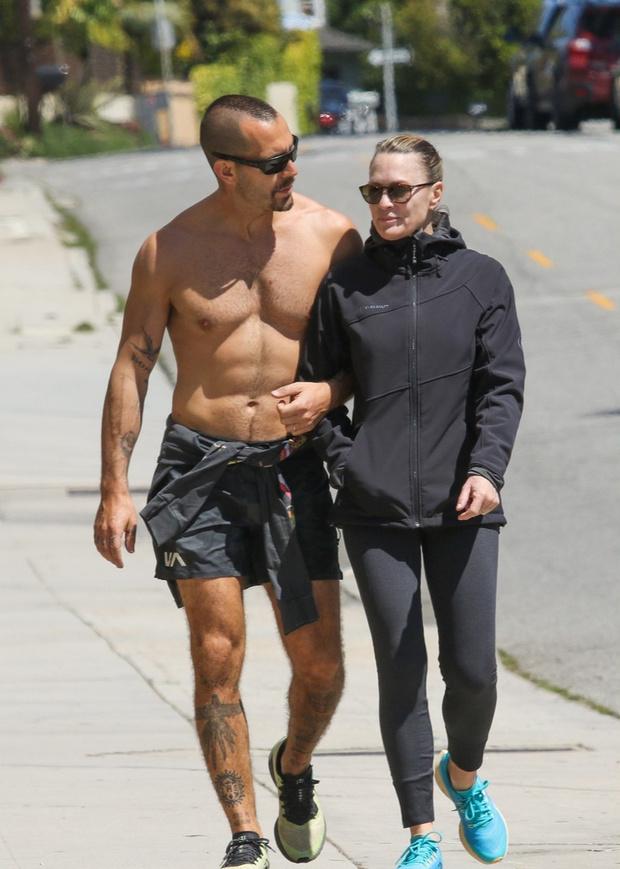 Вот это тело! Робин Райт и ее полуобнаженный супруг на пробежке (фото 1)