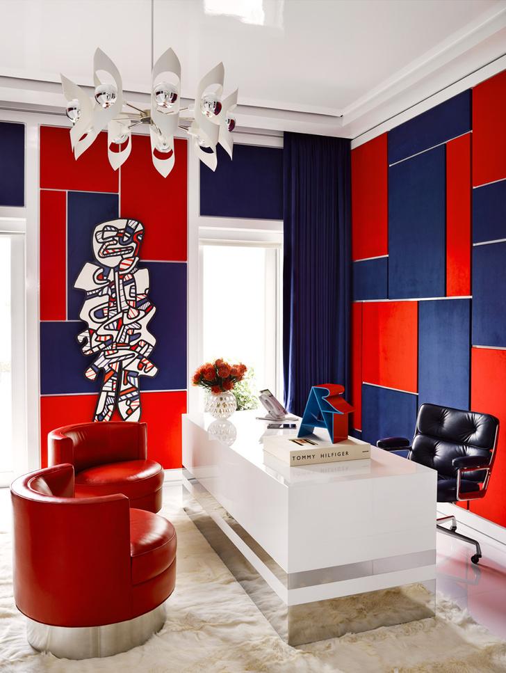 Палитра интерьера повторяет фирменный триколор от Tommy Hilfiger: сочетание белого, красного и синего. Стены декорированы мягкими текстильными панелями. На стене — работа французского художника Жана Дюбюффе Les Gemmeux.