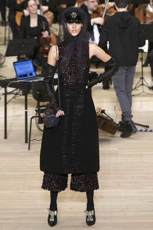 Показ Chanel коллекции сезона Pre-fall  2018 года Metiers d'Art - www.elle.ru - Подиум - фото 668741