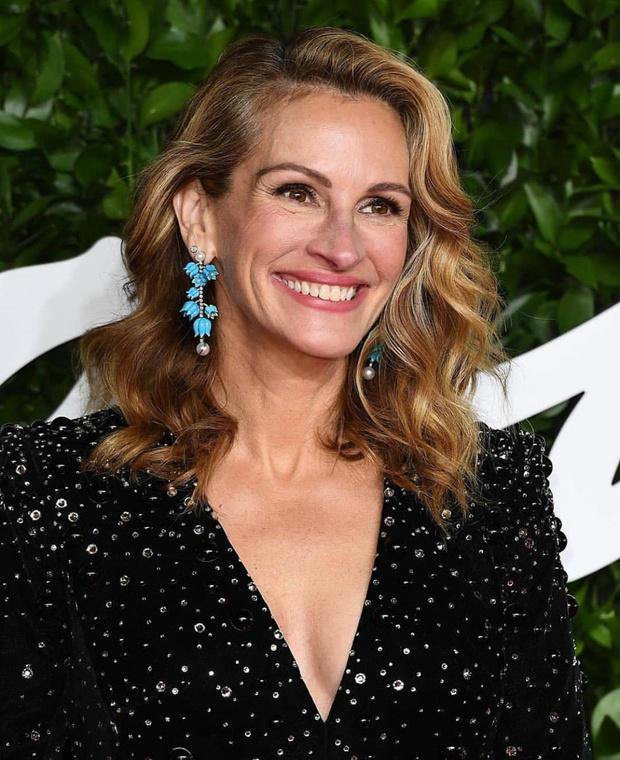 Колокольчики в ее волосах: Джулия Робертс в сверкающем костюме Armani Privé и необычных украшениях (фото 1)
