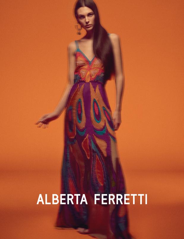Главная супермодель 2019 года в рекламной кампании Alberta Ferretti (фото 3)