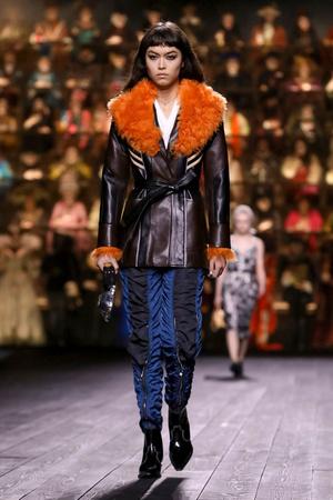Как носить пуховик с вечерним платьем? Ответ найдете на показе Louis Vuitton (фото 8.2)