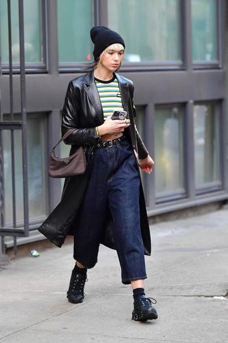 Дуа Липа в широких джинсах и самой популярной сумкой сезона (фото 0.1)