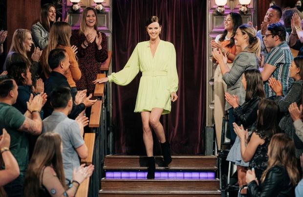 Лаймовое платье и мужские ботинки: о чем Шарлиз Терон рассказала в откровенном интервью (фото 1)