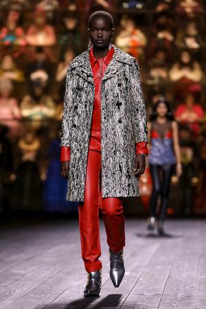Как носить пуховик с вечерним платьем? Ответ найдете на показе Louis Vuitton (фото 7.2)