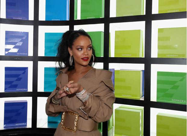 Рианна в платье Monse на презентации в Дубае (фото 4)