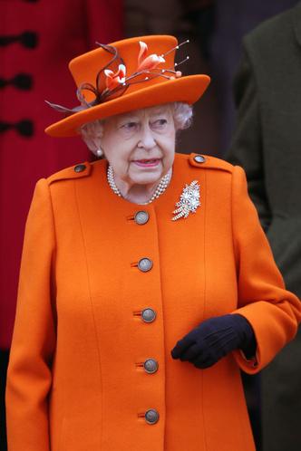 Возраст моде не помеха: два праздничных образа Елизаветы II (фото 1)