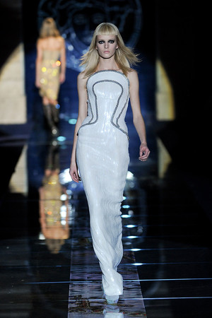 Показ Versace коллекции сезона Осень-зима 2012-2013 года prêt-à-porter - www.elle.ru - Подиум - фото 363675