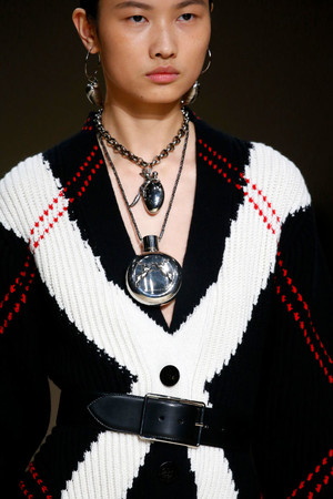 Украшения в виде драгоценных амулетов на показе Alexander McQueen (фото 4.1)