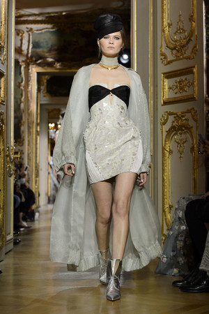 Показ Ulyana Sergeenko коллекции сезона Весна-лето  2016 года haute couture - www.elle.ru - Подиум - фото 603021