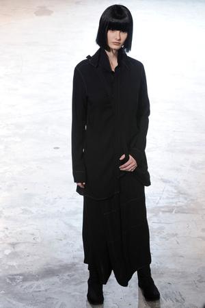 Показ Yohji Yamamoto коллекции сезона Осень-зима 2013-2014 года Prêt-à-porter - www.elle.ru - Подиум - фото 537285