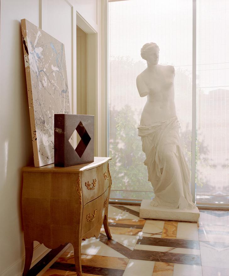 Чтобы воспитывать в сотрудниках «чувство прекрасного», Уэстлер поставила в прихожей гипсовую копию Венеры Милосской. Пол выложен мраморными плитами.