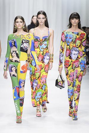Показ Versace коллекции сезона Весна-лето 2018 года Prêt-à-porter - www.elle.ru - Подиум - фото 639511
