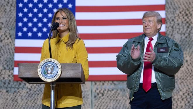 Желтый жакет и классические ботинки Timberland: Мелания Трамп в Ираке (фото 5)