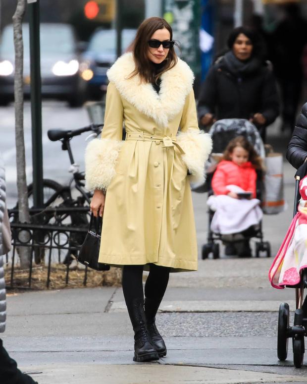Кремовое кожаное пальто с мехом – Ирина Шейк нашла идеальную верхнюю одежду на раннюю весну (фото 3)