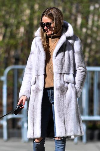 Будет весна, вы считаете? Оливия Палермо в меховом пальто и бежевом свитере с косами (фото 1.2)