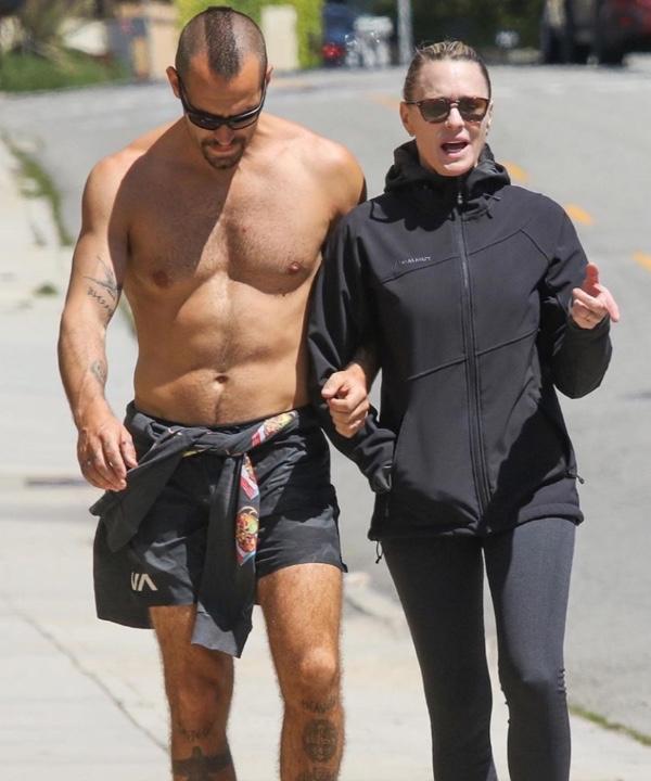 Вот это тело! Робин Райт и ее полуобнаженный супруг на прогулке