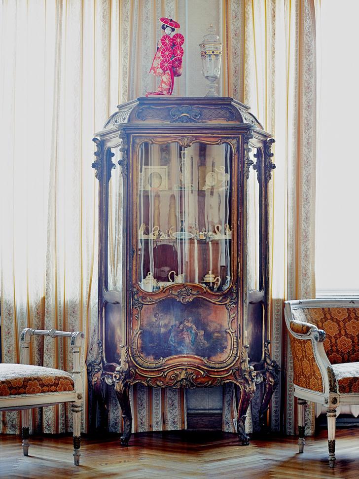 Фрагмент гостиной. Шкаф, антиквариат, XIX век.
