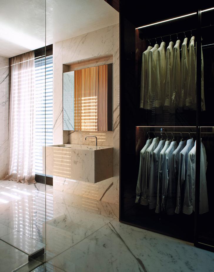 Гардеробная, отделанная палисандром, примыкает к ванной комнате. Стены и потолок ванной выложены мрамором, из него же сделана раковина.