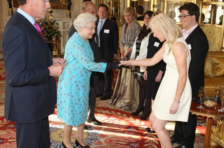 Что звезды надевали на встречу с королевой Елизаветой II? (фото 42)