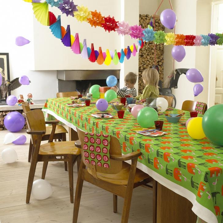 Вместо обычной скатерти праздничный стол можно накрыть ярким отрезом ткани. Текстиль Marimekko, www.marimekko.com