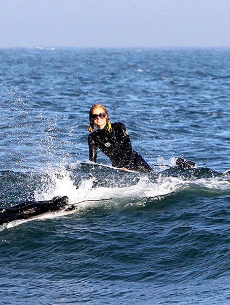 Пэрис Хилтон занимается серфингом в Малибу
