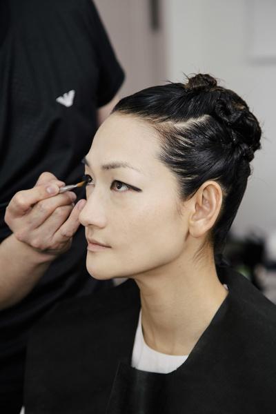 Мужские и женские стрелки: как выглядел макияж на круизном показе Giorgio Armani в Токио (галерея 2, фото 0)