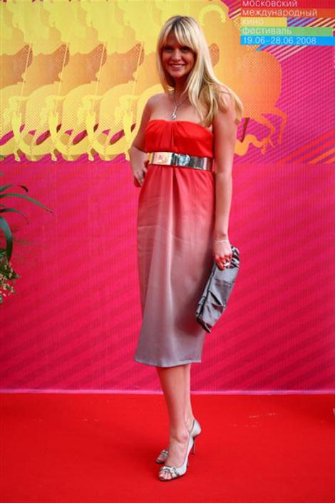 Виктория Лопырева – платье ALEXANDER MCQUEEN; клатч PRADA; туфли GUCCI; украшения CARRERA Y CARRERA