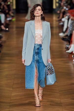 Всего одна юбку на весну — джинсовая миди, как носили наши мамы (фото 1.1)