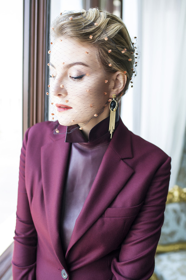 Жакет, Dior; платье, Gucci; серьги Sierpes, желтое золото, бриллианты, черный оникс, Carrera y Carrera; вуаль, винтаж