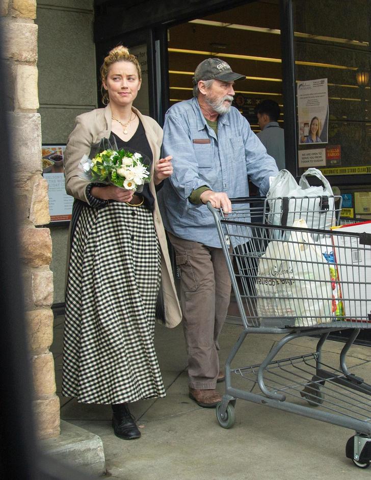На шопинг, как на праздник: Эмбер Херд в клетчатой юбке и бежевом пальто (фото 1)