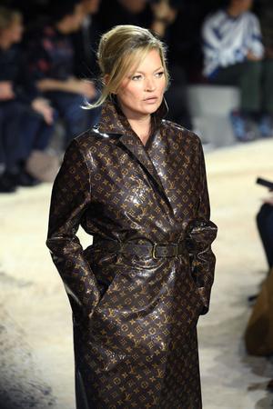 Наоми Кэмпбелл и Кейт Мосс закрыли шоу Louis Vuitton в Париже (фото 4)