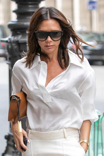 Виктория Бекхэм в белом тотал-луке на шопинге в Париже (фото 1.2)