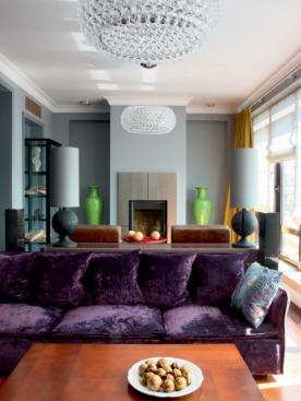 В гостиной установили действующий камин. Это стало возможным благодаря тому, что квартира находится на последнем этаже. Люстры Caboche, дизайн Патрисии Уркиолы и Элианы Геротто, Foscarini. Диван, Arflex.