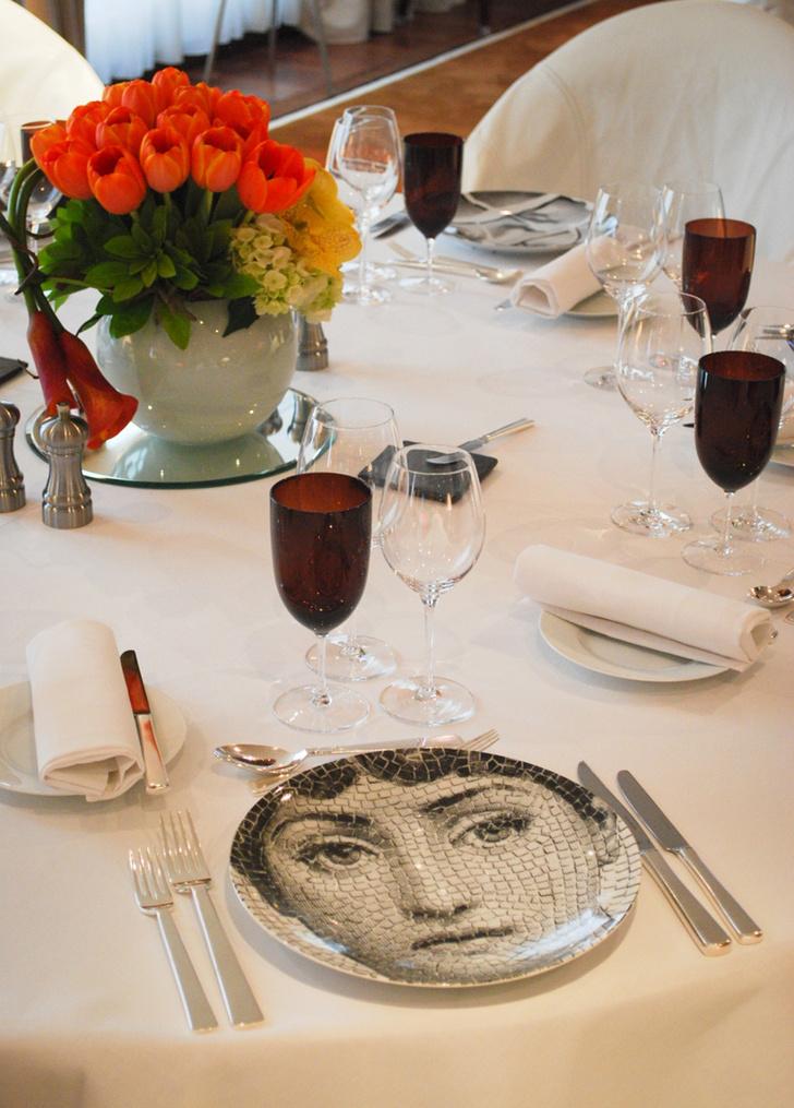 Сервировка стола с использованием посуды, созданной по эскизам дизайнера Пьеро Форназетти.