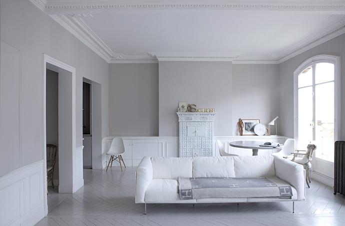 Оригинальная отделка стен, паркет, лепнина и даже старинная печь выкрашены в белый и оттенок серого Stone, Flamant.