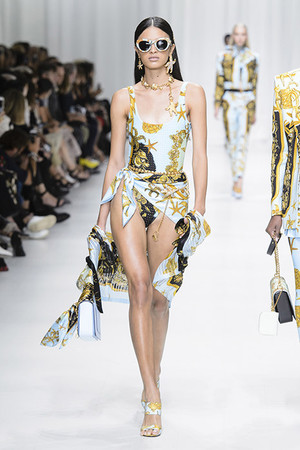 Показ Versace коллекции сезона Весна-лето 2018 года Prêt-à-porter - www.elle.ru - Подиум - фото 639521