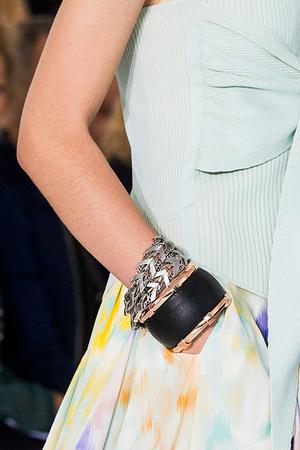Тренд: открытые браслеты и часы в светлой гамме (фото 5)