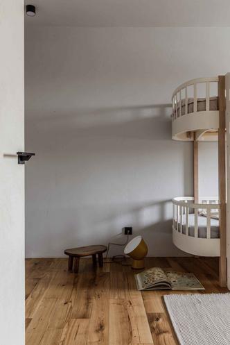 Брутальная квартира в бежевых тонах с черной спальней 72 м² (фото 18.2)