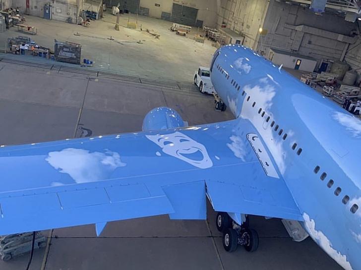 Верджил Абло сделал кастомизированный самолет для Дрейка (фото 5)