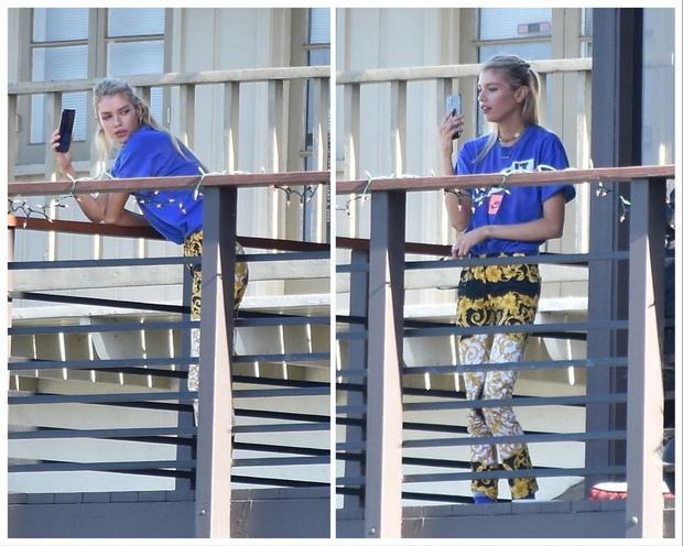 В золотых легинсах Versace и с пикантным украшением: супермодель Стелла Максвелл празднует день рождения на балконе (фото 1)