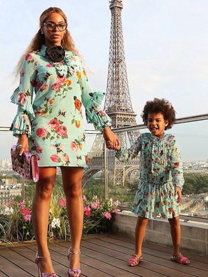 Дочки-матери: Бейонсе и Блю Айви в платьях Gucci в Париже (фото 1)