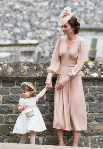 Кейт Миддлтон и принцесса Шарлотта на свадьбе Пиппы Миддлтон