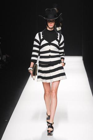 Показы мод Moschino Осень-зима 2012-2013 | Подиум на ELLE - Подиум - фото 1519