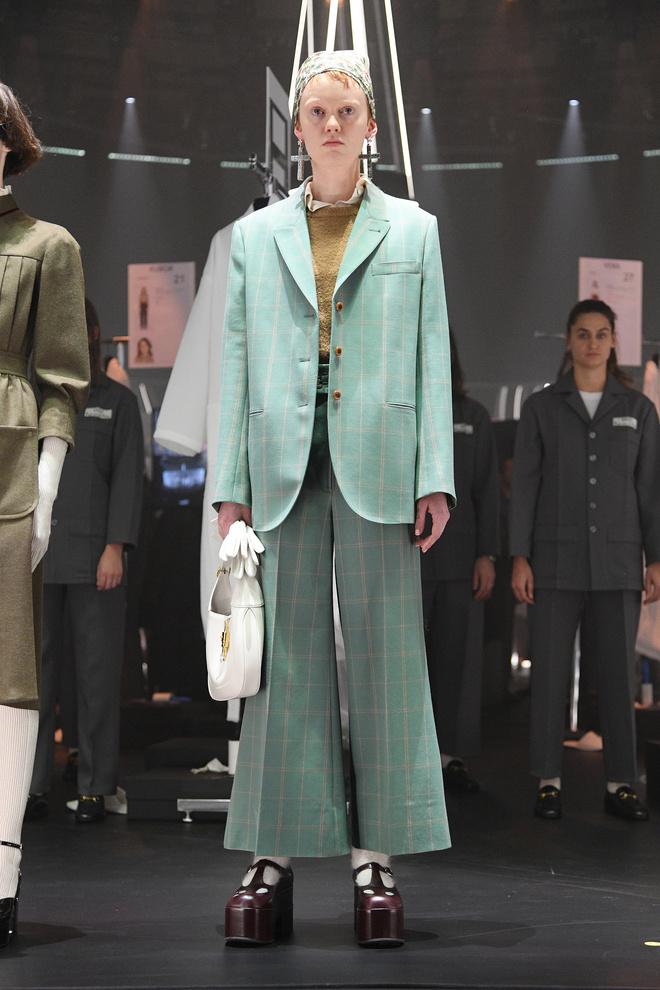Мастера Gucci дошивали одежду прямо на показе (фото 9.1)