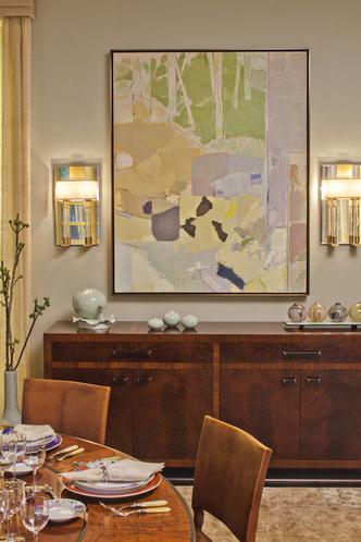 Столовую украшает живописное полотно Кензо Окада. По обеим сторонам от него — бра Versailles Wall Lights, The Bill Sofield Collection.