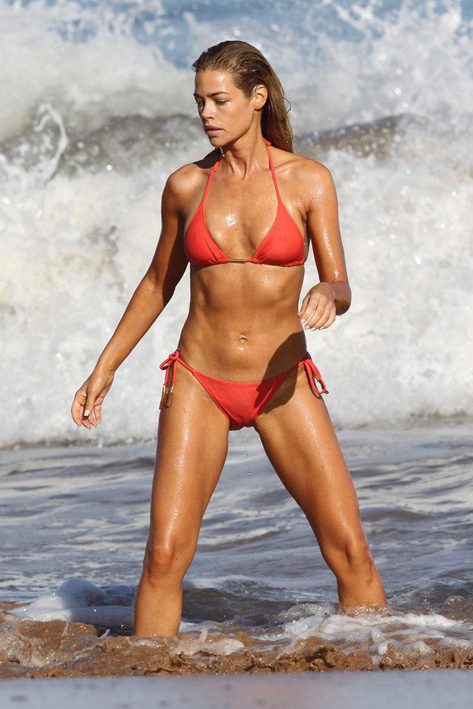 Мини бикини за девушками на пляже фото 482-558