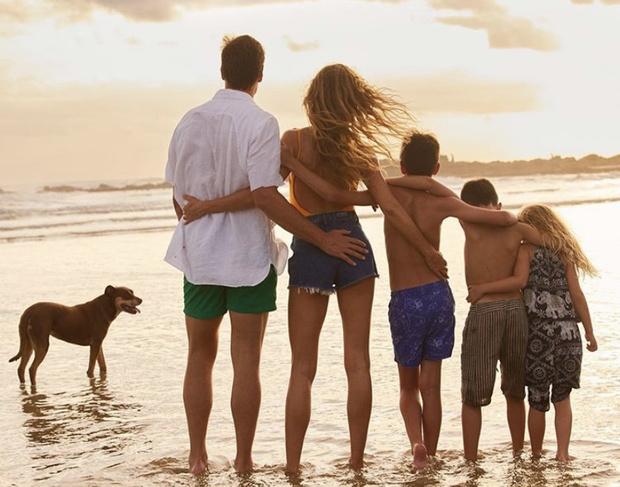 Семейное фото: кто третий ребенок на снимке Жизель Бюндхен? (фото 1)