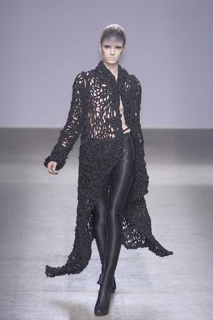 Показы мод Gareth Pugh Осень-зима 2010-2011 | Подиум на ELLE - Подиум - фото 2736